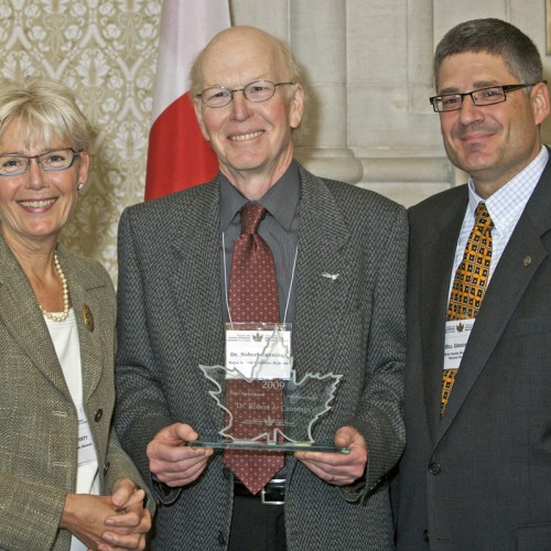 Rob Cannings (centre) receiving the Bruce Naylor Award, 27 October 2009. Left, Pauline Rafferty, CEO, Royal BC Museum and President, Alliance of Natural History Museums of Canada; right, Bill Greenlaw, CEO, Nova Scotia Museum and Chair of the Awards Committee.