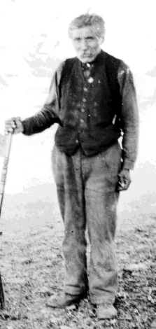 Figure 1. Chief David Latasse photographed on the Tsartlip Reserve in 1922, at age 61-64 (RBCM PN6165).